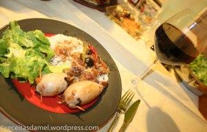 Les lulas recheadas de ma maman :) accompagnés de riz, salade verte et vin rouge
